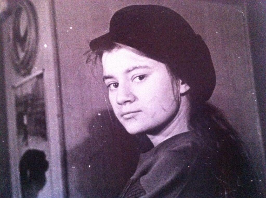 Diese Mütze aus schwarzem Cord war mein Lieblingsteil - an der Schrankwand Stickrahmen