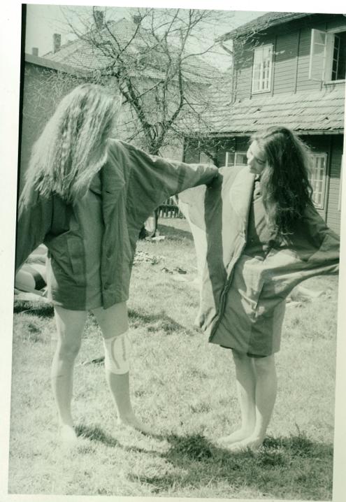 Fotoalbum Kathrin - unsere Baracken (Werkstätten, Wohnheime) im Hintergrund. Die Blonde links mit dem verletzten Knie bin ich.