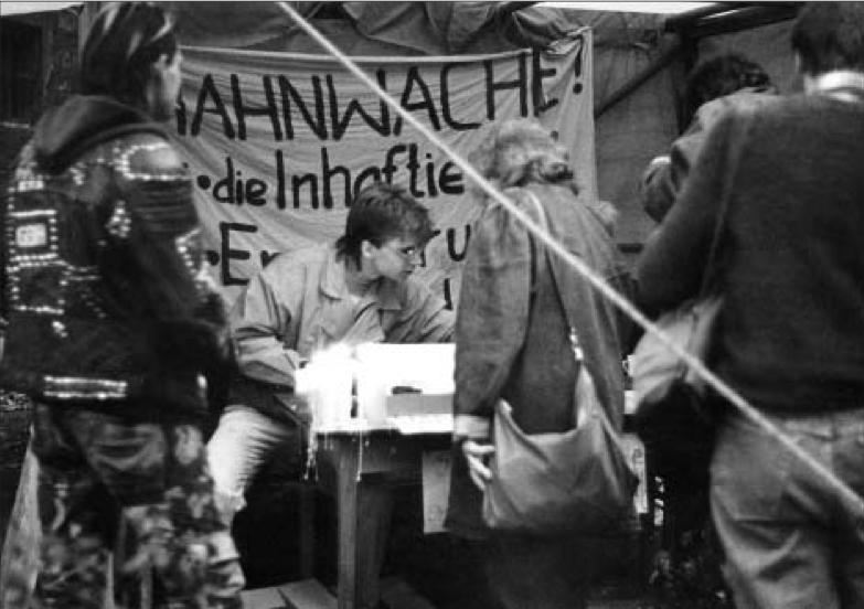 """Mahnwache Nov. 1989, Bild: Hans-Joachim Hanewinckel, aus Udo Grashoff """"Keine Gewalt! Dokumente und Interviews. Der revolutionäre Herbst 1989 in Halle an der Saale"""""""