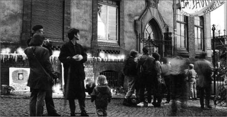 """Mahnwache Nov. 1989, Bild: Hans-Joachim Hanewinckel, aus Udo Grashoff """"Keine Gewalt! Dokumente und Interviews. Der revolutionäre Herbst 1989 in Halle an der Saale"""" (S.20)"""