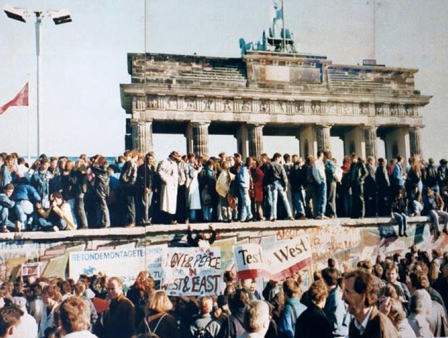 Genau an dieser Stelle - direkt hinter dem Brandenburger Tor - war ich mit meiner Mutter auf die Mauer geklettert. Ein unvergesslicher Moment in einer euphorischen Menge. Magie eines Augenblicks. Foto: Wikipedia Commons, Link: http://en.wikipedia.org/wiki/File:Thefalloftheberlinwall1989.JPG, Autor unbekannt, Reproduktion: Lear 21 von einer Fotodokumentationswand des Berliner Senats